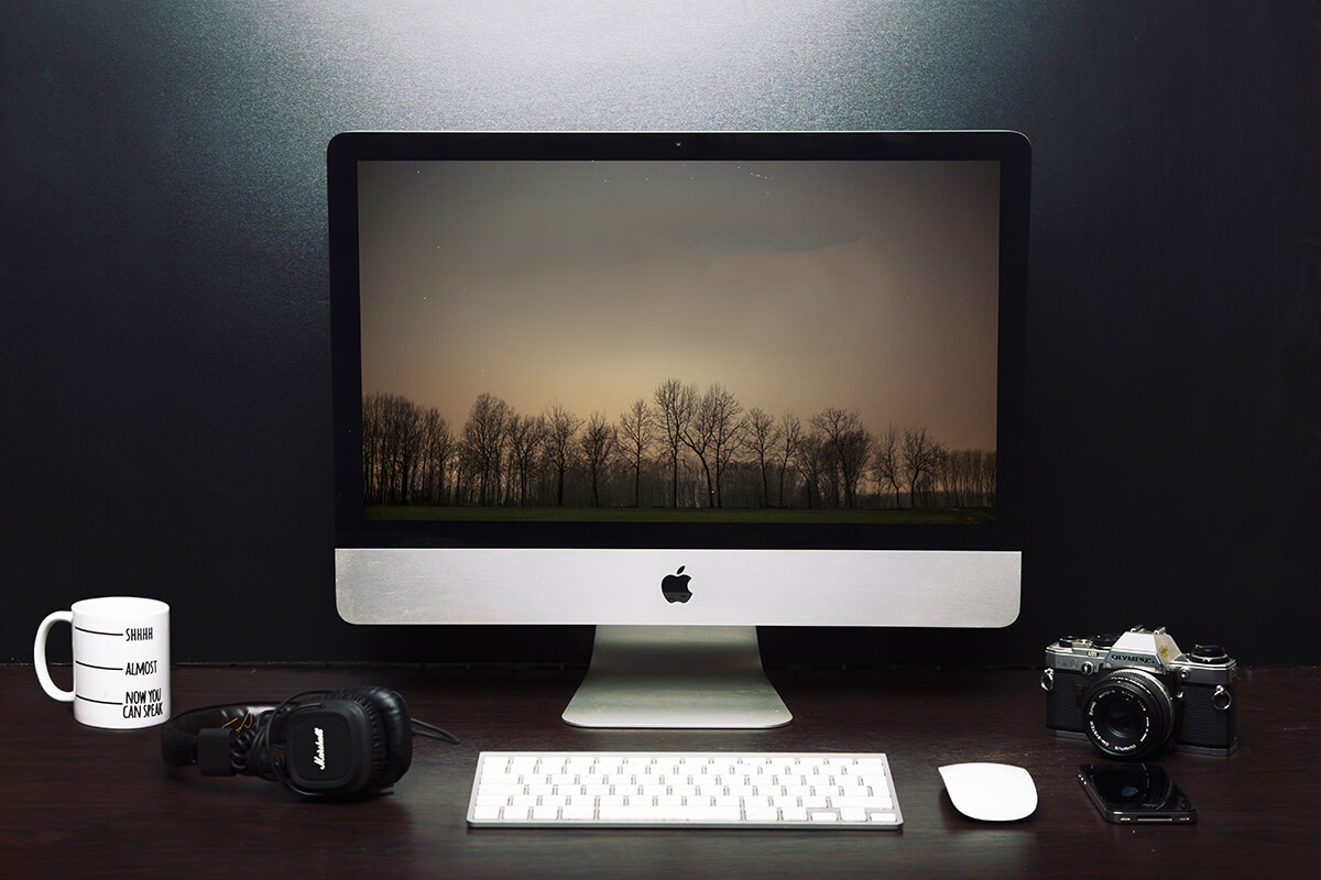 mesa de trabalho com o um Mac Air