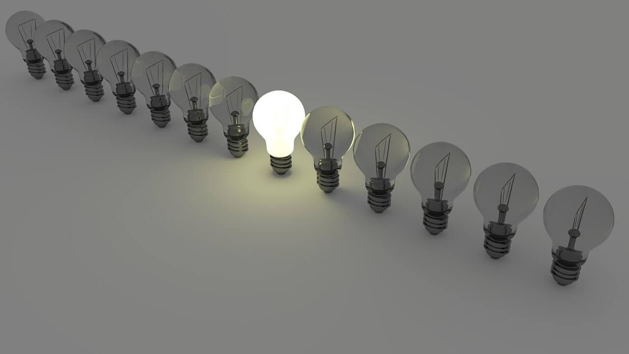 fileira de lâmpadas apagadas com somente a do meio acessa