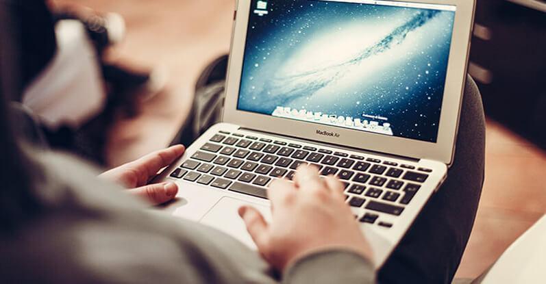 pessoa utlizando um notebook macbook