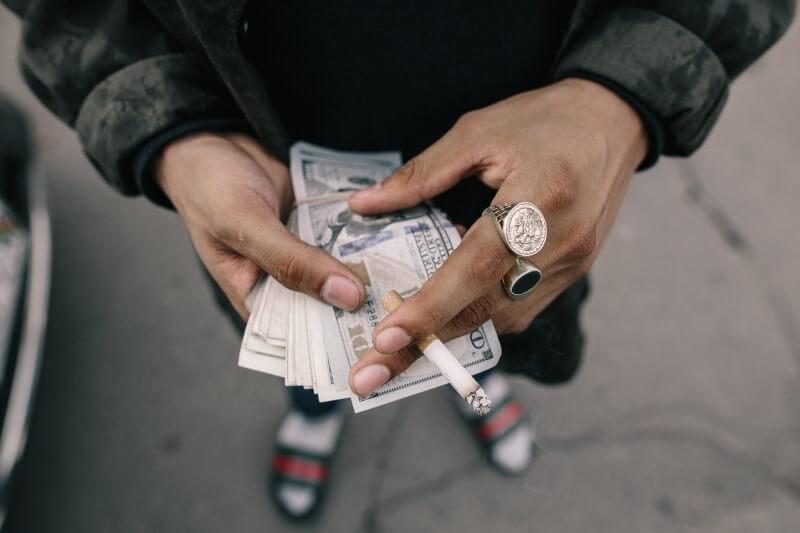 Web Designer salário - imagem ilustrativa de um homem contando o dinheiro