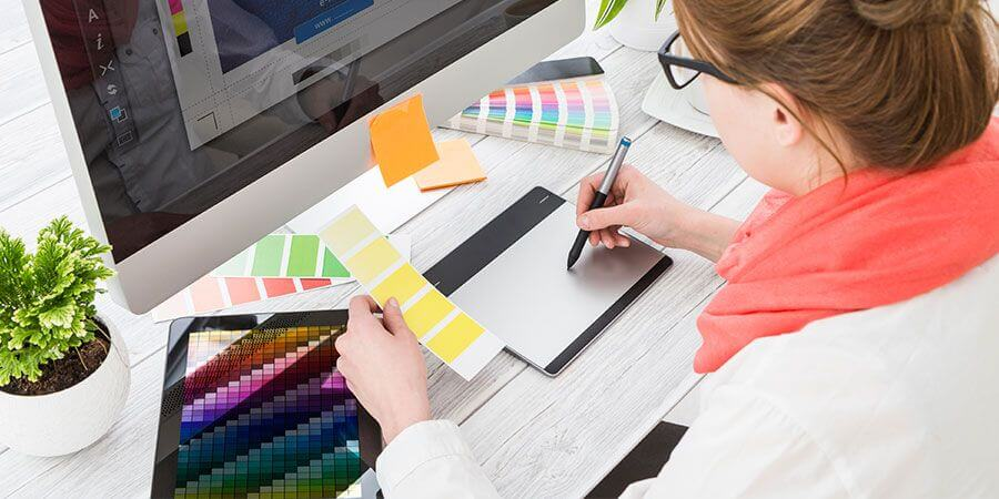 Curso de Design gráfico: imagem ilustrativa de uma designer gráfico trabalhando