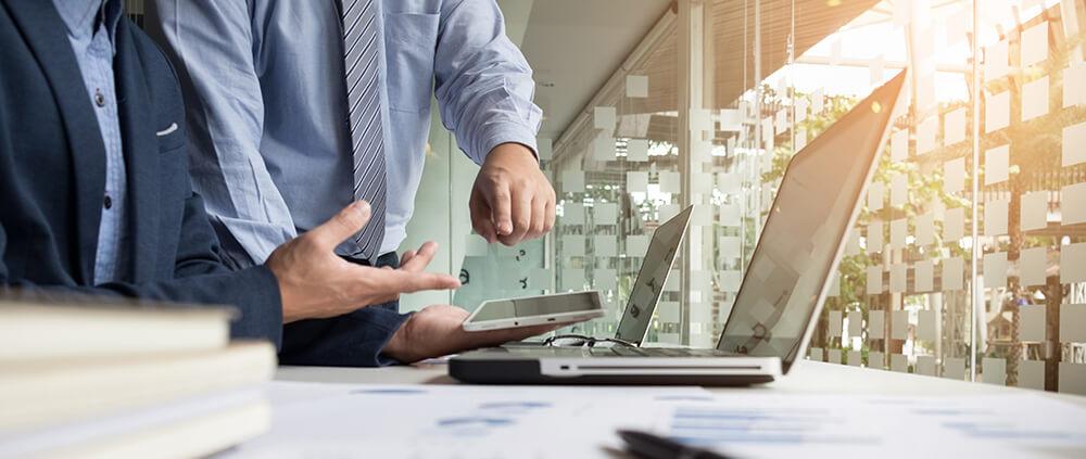 mode de contrato para designer - imagem ilustrativa de dois homens trabalhando com tecnologia