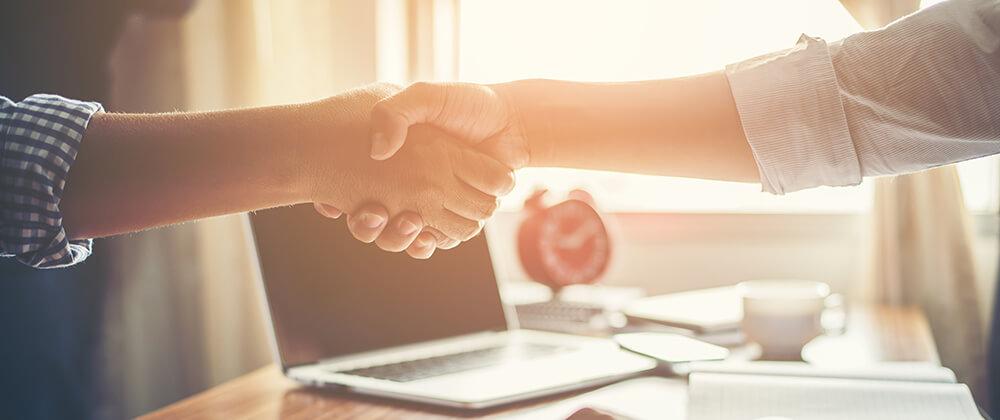 mode de contrato para designer - imagem ilustrativa de duas pessoas apertando a mão em concordância