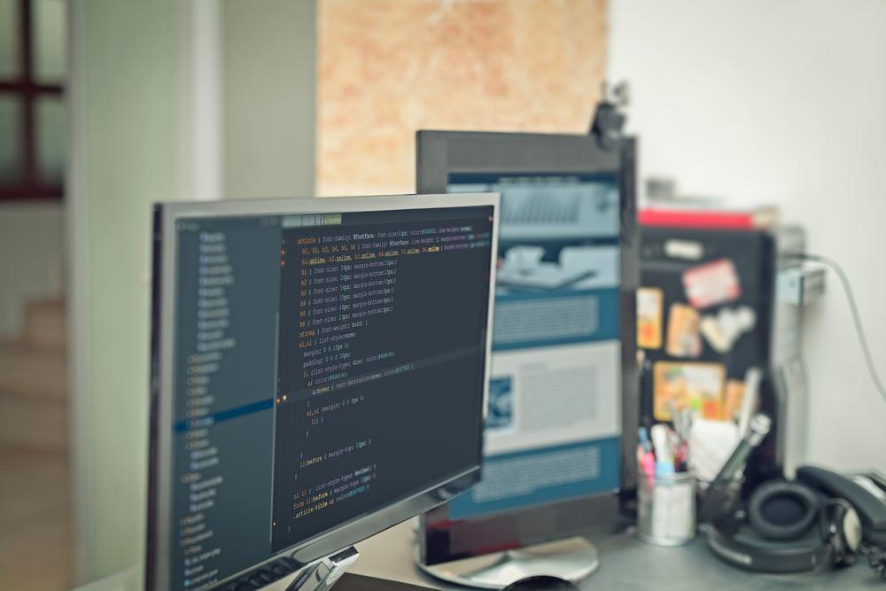 Web designer vs Front-end- Imagem de códigos de web site no monitor de computador PPor Morrowind /Shutterstock