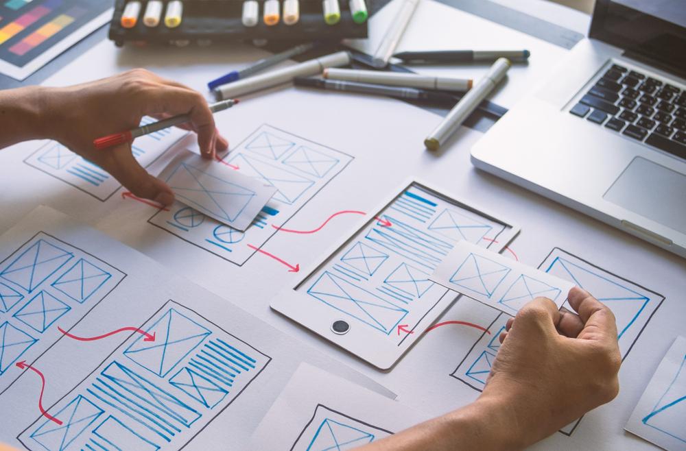 Ux Design Ui Design - Imagem ilustrativa de um UI Designer prototipando um projeto