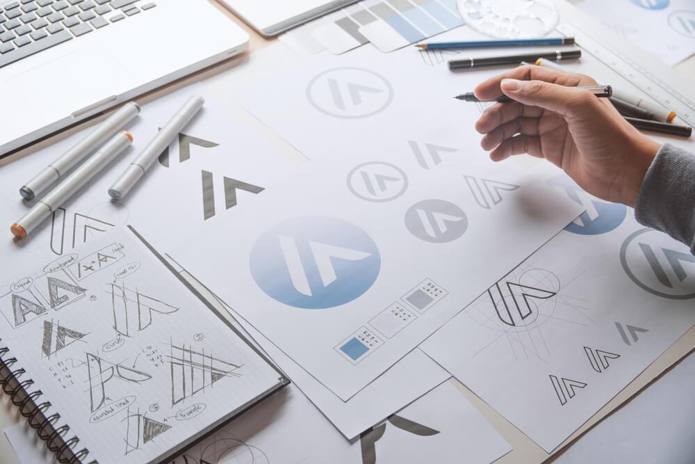 Designer gráfico desenho desenho esboço idéias criativas logotipo produto marca rótulo marca arte-final. Estúdio de designer gráfico conceito.