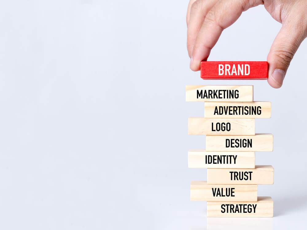 Empresário, construindo o conceito de marca com blocos de madeira - Imagem