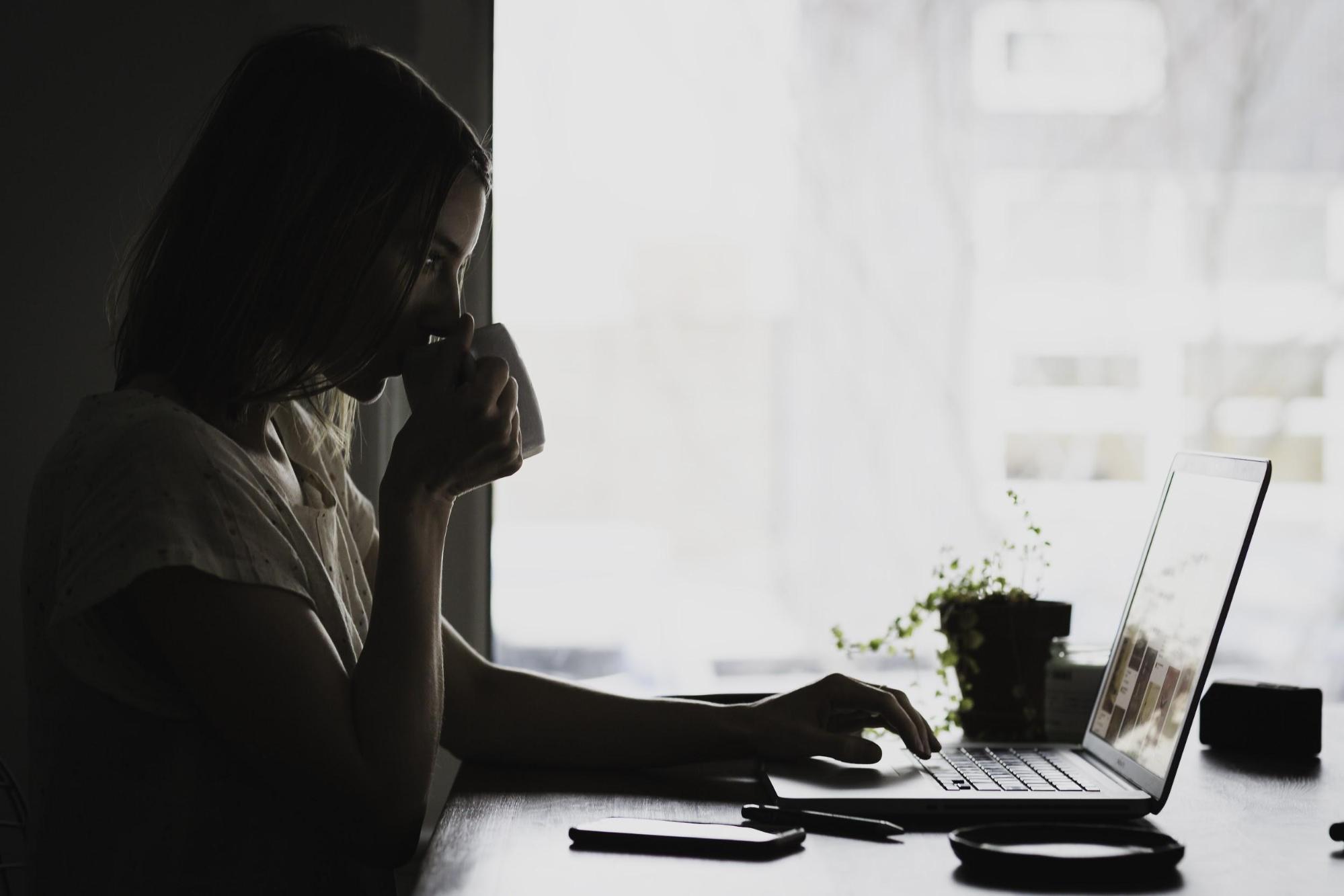 Foto ilustrativa de Mulher trabalhando remoto em seu notebook