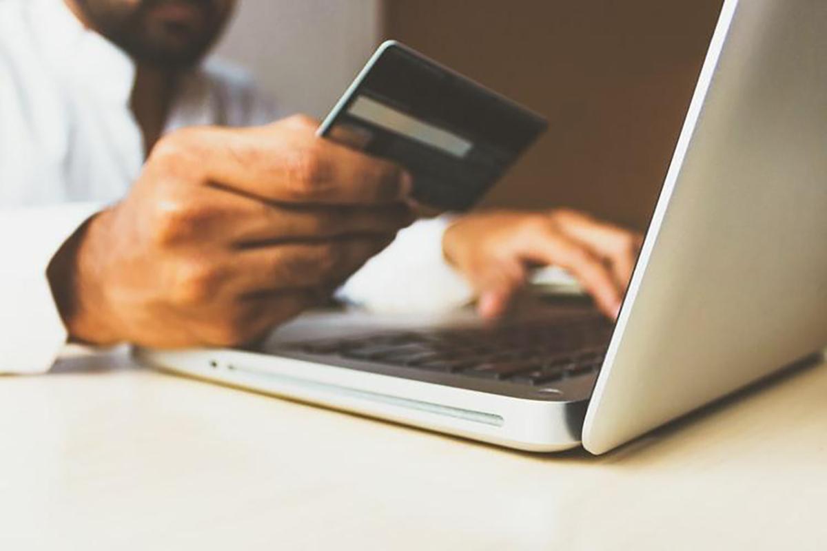 exemplo de uma pessoa utilizando o cartão de crédito para comprar em e-commerce